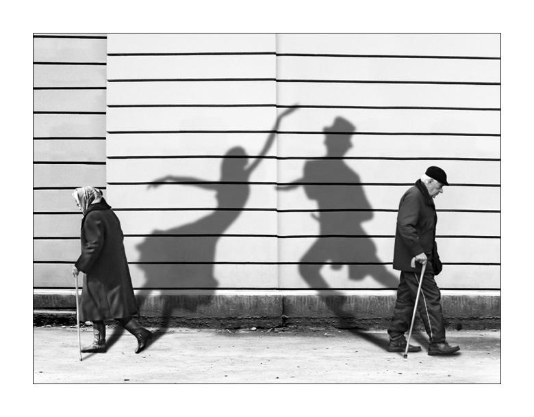 http://ashscrapyard.files.wordpress.com/2011/10/couples-looking-at-past.jpg